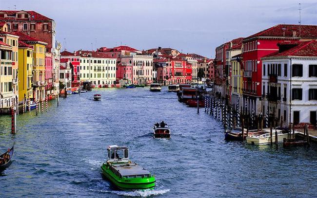 Venedik  Yüzen şehir adıyla da bilinen olağanüstü bir yer. Büyük kanalı gondol ile gezebilir yada Doge Sarayında bir tura katılabilirsiniz. Ayrıca dilerseniz görkemli San Marco Bazilika'sını görebilir yada sadece St. Mark meydanında dolaşabilirsiniz. Bu romantik şehirde yemek tek kelimeyle mükemmel ve bulmak hiç zor olmayacaktır.