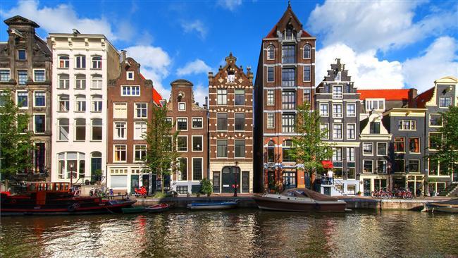Amsterdam  Hollanda'nın bu delidolu şehri eşsiz bir kültürü ve dost canlısı insanları içinde barındırıyor. Bir bisiklete atlayıp harika manzaralar içinde gezebilir yada artık bir ikon haline gelen yel değirmenlerini ziyaret edebilirsiniz. Ayrıca çok enteresan müzelere ve hayranlık uyandıracak kadar güzel kanallara da sahip. Anne Frank'in evini görmeden sakın dönmeyin.