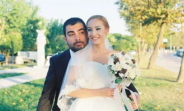 Ayman, Sedef'i görür görmez ''ruhumun yarısı'' dedi. Fakat ruhunun yarısını bırakıp, yurt dışına çalışmaya gitti. 4 ay sonra geri döndüğünde ise Sedef'e evlenme teklifi etti.