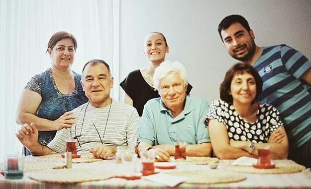 Ayman'ın deyişiyle, hep çıktılar bu hayatta, hiç inmediler. Beraber yükseldiler. 14 Ekim 2012'de hayatlarını birleştirdiler. Artık kocaman bir aile olmuşlardı.