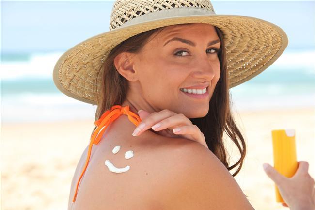 Güneş kremi sürmemek  Dışarı çıkarken güneş kremi sürmemek cildinize zarar verir. Güneş kremi sadece cildinizi güneşin zararlı UV ışınlarından korumakla kalmaz, cildinizin genç görünmesine de yardım eder.