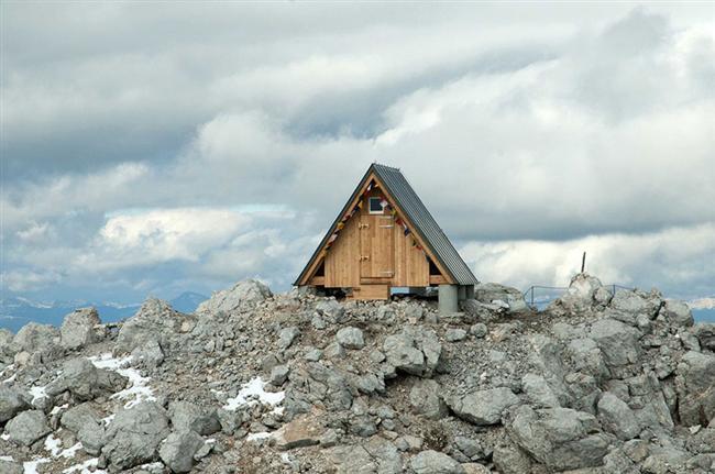 8300 metre yükselikte Foronon del muinz dağında kurulu kulübe,  ona ulaşmayı başaran dağcılar için güvenli bir konaklama sunuyor.