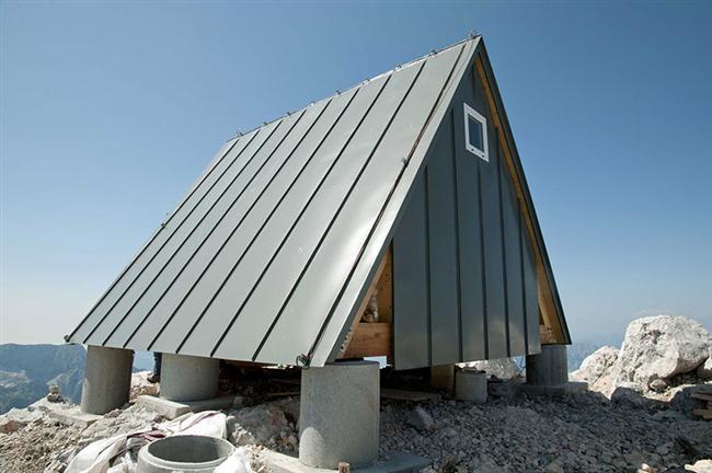 Kar birikmesini önleyen eğik çatı yapısı ve güneye bakan yapısı ile başarılı bir mimarlık örneği.
