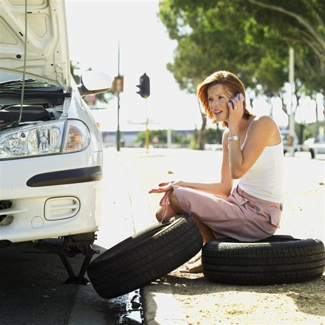 Kadınların 45 kriz anı ve çözümleri!    1) Arabanız çalışmıyor.  Benzininiz var ve araba doğru viteste değil mi? Direksiyonun arkasındaki gösterge panelinde herhangi bir ışık yanmıyorsa, akü bağlantılarını kontrol edin. Eğer gevşemişlerse ve motoru çalıştırdığınız anda sesler geliyorsa, yakınızdaki bir kişiden yardım isteyip, arabayı vurdurarak çalıştırmayı deneyin. Eğer çalışıyorsa, servise gidip, akünüzü kontrol ettirin. Ama eğer çalışmazsa ve hâlâ sesler duymaya devam ediyorsanız, sorun marştan kaynaklanıyor olabilir ve arabanızın servise gitmesi gerekir. benzin kokusu alıyorsanız, hemen motoru kapayıp, arabanın yanından uzaklaşın. Arabanızda sızıntı olabilir ve bunun hemen tamir edilmesi gerekir.   2) Eski sevgiliniz ve kız arkadaşına rastladınız.  En önemli şey kendinize hakim olmayı başarabilmenizdir, bu yüzden de kendinizden emin bir şekilde oturun veya ayakta durun. Sonra da sizi mutlu eden bir şey hayal edin. Tokalaşmak için elini uzatan ilk siz olun ve kendinizi tanıtın. Ama fazla uzatmadan, kısa tutun bütün bu yaptıklarınızı. Bir yere geç kaldığınızı söyleyin ve yanlarından ayrılın.   3) Beklemediğiniz bir anda regl oldunuz ve yanınızda tampon/ped yok.  Tuvalet kâğıdını kat kat yapıp iç çamaşırınızın içine koyabilirsiniz.   4) Evden çıktığınız anda gömleğinizde deodorant lekeleri olduğunu gördünüz.  Gömleğinizin iç kısmıyla veya lekeden daha koyu renk olmayan bir havluyla izleri silin. Beyaz lekeler hemen kaybolacaktır. Sakın tuvalet karıdı veya peçete kullanmayın, leke daha fazla yayılır.   5) Utanınca kızarıyorsunuz. Nefesinizi kontrol ederek, boynunuza ve yüzünüze giden kanı durdurmaya çalışın. 6 ya da 8'e kadar sayarak derin nefes alın, bir dakika boyunca tutun ve 10'a kadar sayarak nefesinizi yavaş yavaş verin. Yüzünüzdeki sıcaklığın azaldığını hissedene kadar tekrar edin.