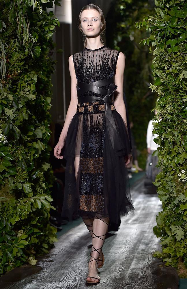 2014  Valentino Sonbahar Haute Couture koleksiyonunda siyah-beyaz ve nude tonların ağırlığını görüyoruz. Bunun yanı sıra açık mavi, sarılar ve zümrüt yeşilini de görüyoruz.