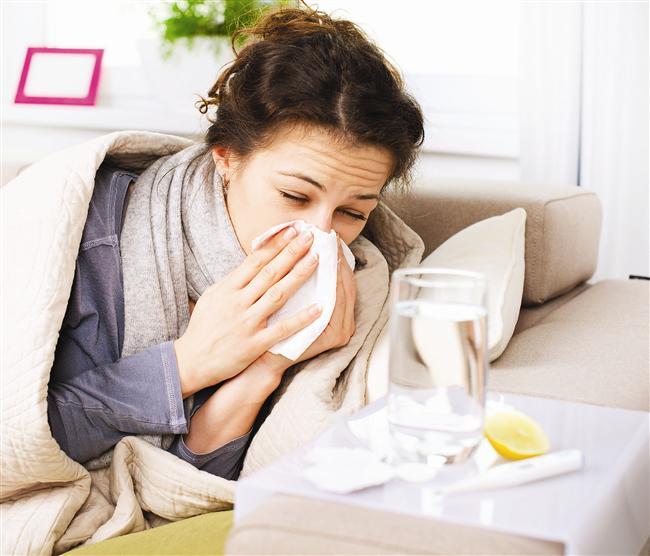 2. Burnun ve boğazın temizlenmesi  Sıcak su içmek soğuk algınlıkları, öksürük ve boğaz ağrısı için mükemmel bir doğal çözümdür. Balgamı çözer ve vücuttan atılmasını kolaylaştırır. Bu sayede boğazı rahatlatır, ayrıca burun tıkanıklıklarının giderilmesinde de yardımcı olur.