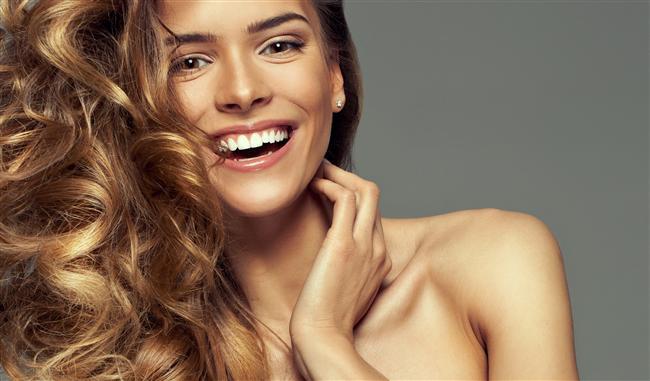 7. Sağlıklı ve canlı saçlar  Sıcak su içmek ayrıca yumuşak ve parlak saçlara sahip olmak için de idealdir. Saç köklerindeki sinir uçlarına enerji verir ve bunları aktif hale getirir. Bu saçlarınızın doğal canlılığını geri kazanmasında ve sağlıklı görünmesinde  etkilidir.