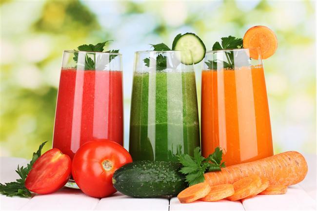 4. Detoks  Sıcak su detoks konusunda inanılmaz bir yardımcıdır. Sıcak su içtiğinizde vücut sıcaklığınız yükselmeye başlar bu da terlemenize sebep olur. Bu olmasını istediğimiz bir şeydir çünkü toksinlerin vücudumuzdan atılmasına yardımcı olur. En iyi sonuç için, içmeden önce suya bir miktar limon sıkın.