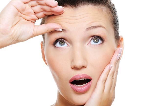 5. Erken yaşlanmanın önüne geçmek  Toksinleri vücudunuzdan uzaklaştırmak istemenizin bir sebebi vardır: toksinler sizi daha hızlı yaşlandırır. Sıcak su içmek elastikliği azalmış ve serbest radikallerin aşındırdığı deri hücrelerinin kendilerini yenilemesine yardımcı olur böylece cildiniz daha genç ve yumuşak görünür.