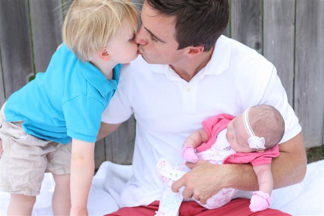 İyi bir baba olacağının 10 işareti  1. Bütün hayatının iş olmaması. Başka şeylere de vakit ayırması  2. Sokakta gördüğü bebeklere sevgi dolu gözlerle bakması  3. Annesinin aynı zamanda kahramanı olması  4. Babasının aynı zamanda kahramanı olması  5. Matematik problemlerinin nasıl çözüleceğini hala hatırlaması  6. Gelecekte kurmayı düşündüğü aile için para biriktirmesi  7. Bebeği olan arkadaşlarıyla sık sık görüşmesi  8. Mesele ne olursa olsun, kriz anlarında sakin ve anlayışlı olması  9. Sokak çocuklarına kızmak yerine acıması, hatta yardım etmesi  10. Gelecekte çocuğuyla yapacaklarının hayalini kurması