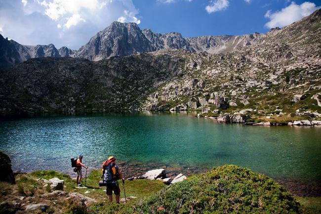 7. Tam bir alışveriş cenneti: Andora  Avrupa'nın tam ortasında İspanya ve Fransa sınırında bulunan bu küçük ülkenin adını daha önce duymamış olabilirsiniz. Geçiminin çoğunu turizmden kazanan Andorra, tam bir alışveriş cenneti, çünkü ülkede vergisiz alışveriş yapılabiliyor. Ülkenin diğer bir turistik çekim noktası ise eşsiz doğası. Eğer doğa yürüyüşlerine, trekking ve tırmanışa meraklıysanız, Andorra sizin için bir cennet olabilir fakat banka hesabınızda yüklü miktarda para olması gereklidir.