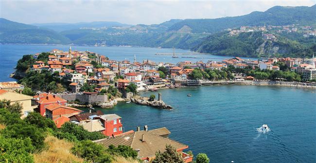 16. Karadeniz kıyılarını keşfetmek için: Amasra  Batı Karadeniz'de Bartın'ın bir ilçesi olan Amasra, doğal ve tarihi güzelliklerinin yanı sıra plajlarıyla keşfedilmeyi bekleyen bir belde. Burada bol bol balık yiyebilir, Karadeniz yeşilinin tadını çıkartabilir ve Çakraz, İnkumu, Bozköy plajlarında denize girebilirsiniz.
