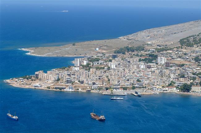 15. Yedigin, içtigin senin olsun gördüklerini anlat: Arnavutluk  Yunanistan'ın hemen üzerinde yer alan Arnavutluk, turkuaz rengi denizi, adaları ve uzun kumsal şeridi ile bayram tatiliniz için iyi bir seçenek olabilir. Arnavutluk'un sunduğu tek güzellik, deniz değil elbette. El değmemiş doğası, uygun fiyatları ve tarihi mekanları Arnavutluk'u çekici kılan diğer güzellikler.