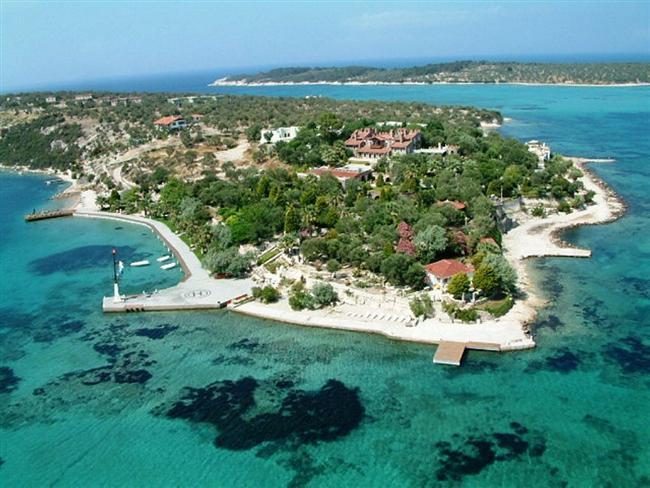 11. Özel bir tatil planlamak isteyenler için: Kalem Adası  İzmir'in Dikili ilçesinde, Bademli Köyü'ne bağlı bu küçük ada; doğası, muhteşem bitki örtüsü, masmavi denizi ve tarihi dokusuyla görenleri kendine aşık ediyor. Adada hizmet veren yalnızca bir konaklama tesisi var. Bu nedenle tatil için rezervasyon şart.