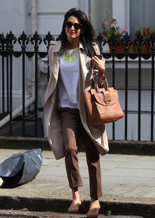 """Bu hafta """"Kim Ne Giydi?"""" bölümünde ABD'li aktör George Clooney'nin Lübnan asıllı İngiliz eşi Amal Alamuddin'i ele aldık. 36 yaşındaki ünlü avukatın moda konusunda her zaman doğru tercihler yaptığını ve stilinin dışına çıkmadığını biliyoruz. Amal Alamuddin sokak stilinde trençkot ile şık bir kombin yapmış. Dilerseniz Amal Alamuddin'in üzerindeki kıyafet ve aksesuarları satın alarak siz de aynı stili yakalayabilirsiniz. Sizin için seçtiğimiz parçalara bir göz atın..."""