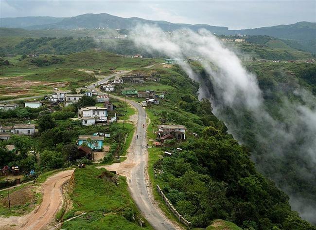 Kasabanın, neredeyse doksan derecelik açılara sahip uçurumların bulunduğu doğu sınırında, bulutlar tarafından oluşturulmuş bir dalga.