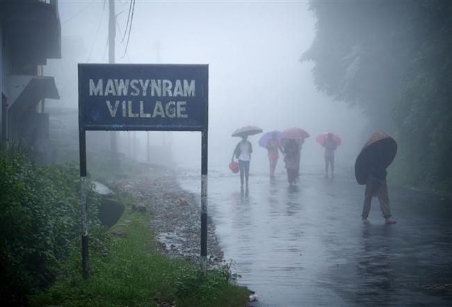 Mawsynram köyünün girişi. Meghalaya bölgesinde bulunan bir çok köyde olduğu gibi, burada yaşayan insanların kökeni Khasi. Bu ırk, 1.2 milyonluk nüfusuyla Hindistan'da yalnızca küçük bir azınlık olarak görülüyor.