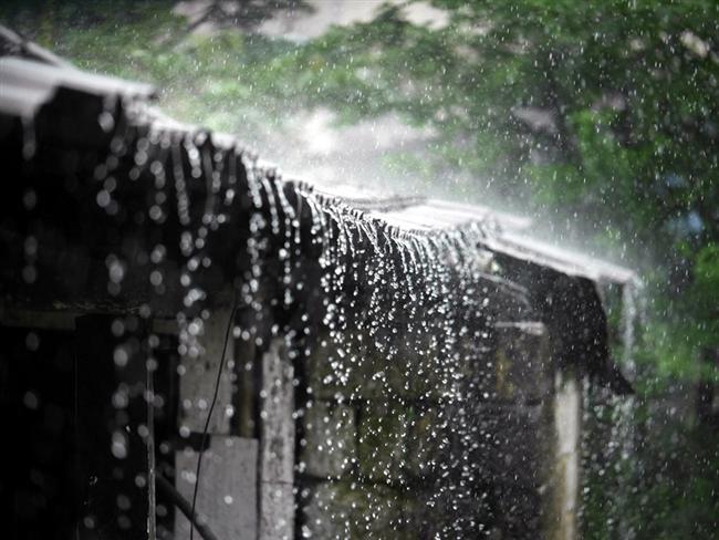 Kasabada bulunan bir evin çatısına düşen yağmur taneleri ve bu tanelerin toprağa dökülüşü. Mawsynram kasabasının en çok yağış aldığı dönem haziran ve temmuz aylarına denk geliyor.
