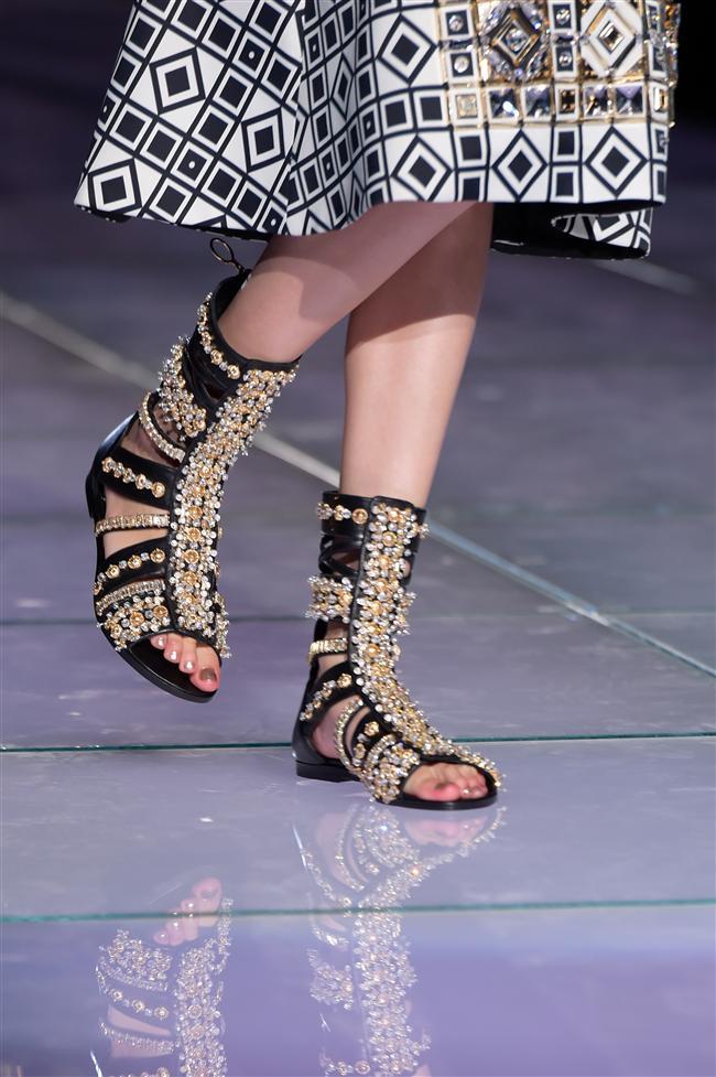 Maskülen tarzın olmazsa olmazı makosen ayakkabılar, bağcıklı topuklular, uzun ve göz alıcı çizmeler, flatform ayakkabılar, sandaletler, biker botlar ve sneakerlar kombinlerin en önemli tamamlayıcılarıydı.
