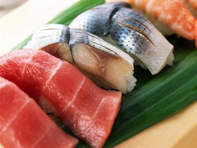 Yemeğin içinde et olması tokluk hissini artırıyor. Ayrıca ette ve balıkta bol bulunan 'lösin' adındaki aminoasit kaslarınızın kalori harcamasını kolaylaştırıyor. Ayrıca ette ve balıkta bol bulunan 'lösin' adındaki aminoasit kaslarınızın kalori harcamasını kolaylaştırıyor.