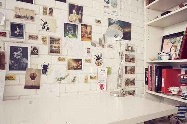 11- Duvar Defteri  Fotoğrafları, size ilham veren sözleri, notlarınızı çerçeveleme kaygısı duymadan duvara yapıştırabilirsiniz. Hatta bir duvarınızı sadece buna ayırabilirsiniz. Dekoratif olmakla kalmaz, size ve misafirlerinize ilham da verir.