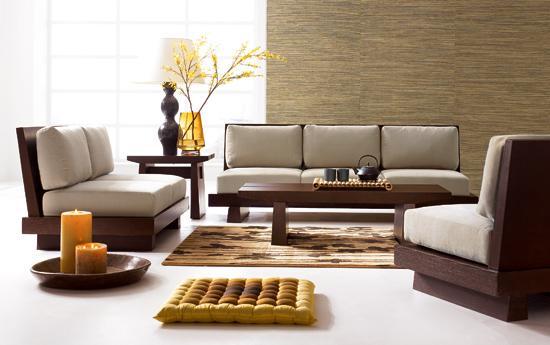 16- Kurallara Sıkışıp Kalmayın  Mumların masanın üzerinde ya da vitrinde durması gerekmiyor. Ya da benzer objelerin... Şık bir altlıkla yere koyabilir ve onları daha çarpıcı bir dekoratif unsur haline getirebilirsiniz.