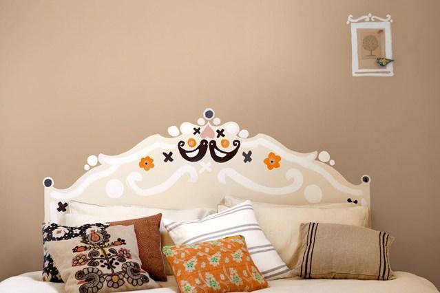 8- Yatak Başınızı Süsleyin  Yatak başınızı boyamak veya yapışkanlı süslerle dizayn etmek yatak odanıza bolca yaratıcılık katacaktır. Duvar renginizle aynı tondan fakat onun kontrastı bir rengi tercih etmenizi tavsiye ederiz.