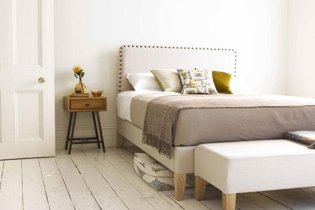 9- Detaylarla Yakalanan Estetik  Bazen ufacık bir detay, bütün odayı kaplar. Resimdeki örnekte görüldüğü gibi, yatak başı dikkati  kendine çekiyor ve duvarın boşluğunu göstermiyor. Özellikle çerçeve asamayacağınız bir yatak odanız varsa, yatak başı ile bu eksikliği giderebilirsiniz.