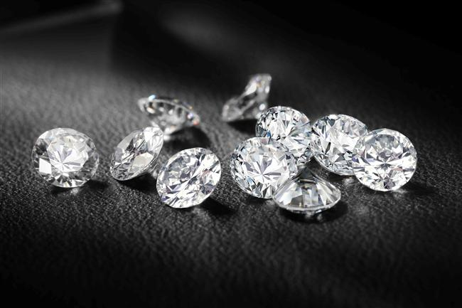 6. Elmas - 65.000 Dolar/Gram  Elmas, bilinen en sert maddelerden değerli bir taştır. Sert olması, bir elmasın sadece bir elmasla kesebileceği örneğiyle anlaşılabilir. Karbon elementinin bir modifikasyonu grafit, bir diğeri ise elmastır. Orjinal elmasın sadece Kimberlit Bacaları'nda bulunduğu iddia edilmektedir. Fakat burda da orjinal elmas bulmanın olasılık hesabı 40 milyonda bir olarak ortaya atılmıştır. Sanayi elması olarak rengi ve biçimi açısından bir değer ifade etmeyen elmas da bulunur ve çeşitli sektörlerde kullanır. Günümüzde ise ziynet eşyası, yüzük taşı olarak kullanılmaktadır. Gramı 65.000 Dolar'dır.