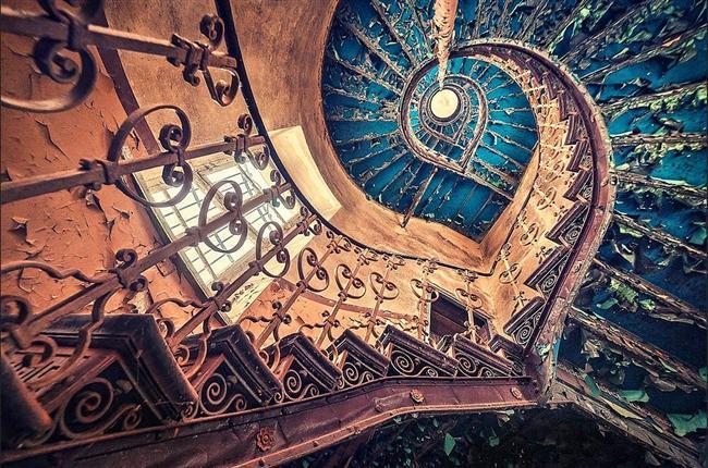 Terk edilmiş bir Avrupa kalesi içindeki mavi sarmal merdivenler