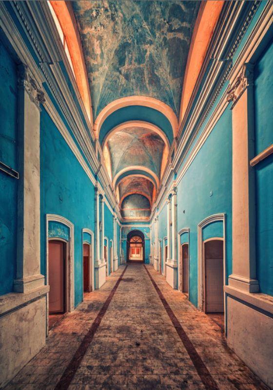 Terk edilmiş bir saraydan koridor