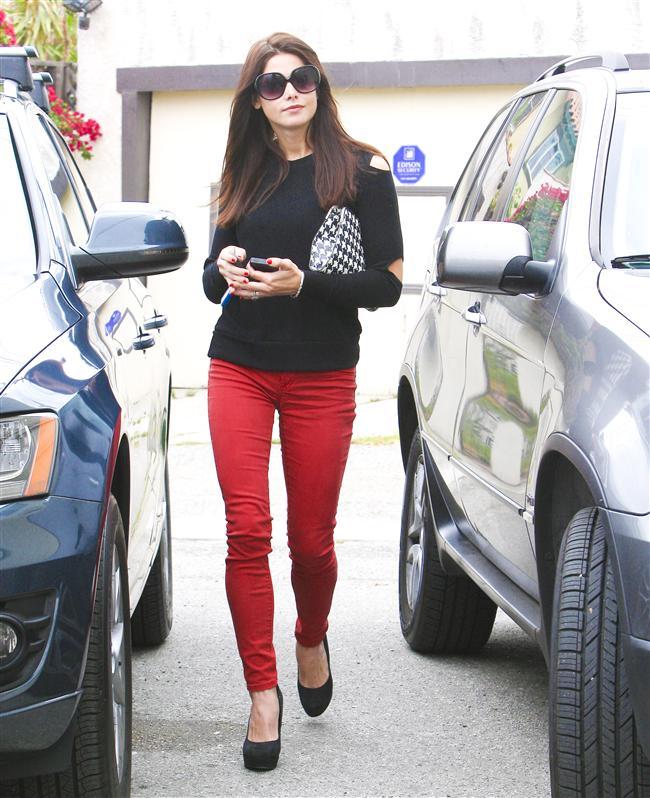 """Bu hafta """"Kim Ne Giydi?"""" bölümünde ABD'li aktör Nikki Reed'i ele aldık. 26 yaşındaki ünlü oyuncu günlük hayatta sadelikten ve rahatlıktan yana. Sokak stilinde genellikle spor kıyafetlerle görmeye alışsak da bu sefer durum farklı. Ünlü güzel; kırmızı pantolonu, siyah kazağı ve platform topuklu ayakkabılarıyla şık bir kombin yapmış. Dilerseniz Nikki Reed'in üzerindeki kıyafet ve aksesuarları satın alarak siz de aynı stili yakalayabilirsiniz. Sizin için seçtiğimiz parçalara bir göz atın..."""