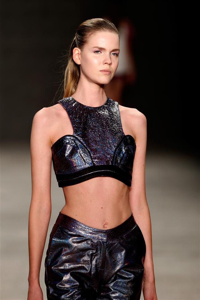 Koleksiyonda kullanılan deri parçalar, Deri Tanıtım Grubu ve Vogue İtalya işbirliği ile yapılan özel bir proje kapsamında tasarlanmış ve Ece Gözen tarafından yaratılan özel bir dokuyla yanar-döner deri yüzeyleri tasarımlara uygulanmıştır.