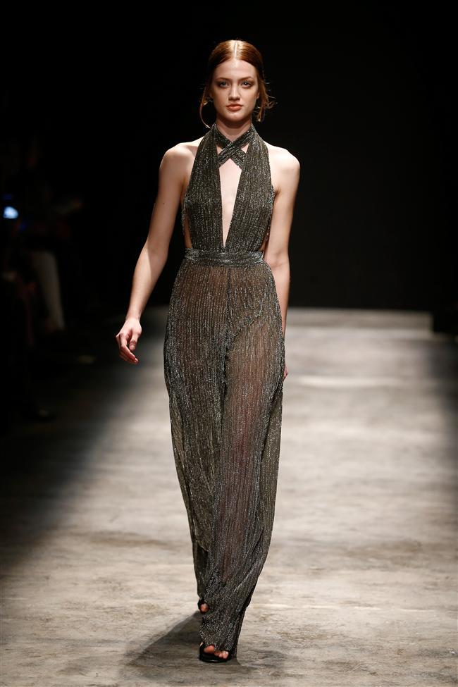 Göğüs dekoltesi bulunan transparan maksi elbise ve tulumlar, koleksiyonun en iddialı parçalarıydı.