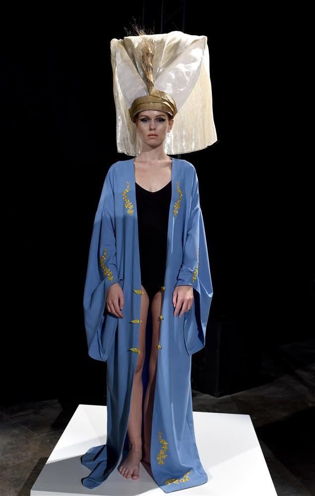 """Ünlü modacı, 2015'de Osmanlı"""" adını verdiği yeni yaz koleksiyonunda tek bir temaya sadık kalmış ve Osmanlı figürleriyle kıyafetlerinden yola çıkarak tasarlamış şapkalarını."""