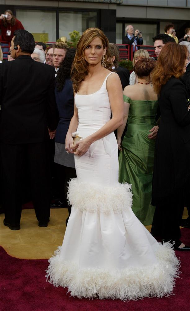 Ayrıca, George W. Bush'un kızı Jenna'nın gelinliğinde de ünlü modacının imzası var. Prenses Diana da tasarımcının sıkı takipçisi olarak biliniyordu. De la Renta, Paris moda dünyasına kabul edilen ilk Latin kökenli kişi ve Fransız modaevleri için dikim yapan ilk ABD'li oldu.  Sandra Bullock