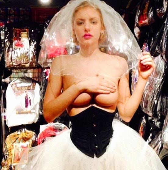 Avustralya'nın en zenginlerinden biri olan 71 yaşındaki Geoffrey Edelsten ile yaşadığı ilişkiyle adını duyuran model ve DJ Gabi Grecko, alışveriş için gittiği mağazada elbise denerken çektiği pozunu Instagram sayfasında paylaştı.