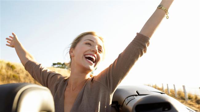 9. Birisine eğlenceli ve mutlu gibi gözükmek için gülümserken daha çok korkutucu birine dönüşürsün.