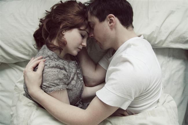 2. Sarılarak uyumak gün içerisinde baş ağrısı çekme riskini düşürür.  Oksitosin hormonu yani sevgi hormonu sarılırken ve öpüşürken salgılanır ve bu hormon baş ağrısı tedavisinde kullanılan ilaçların ana maddesidir.