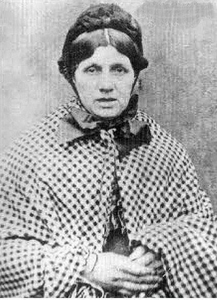 """Mary Ann Cotton """"Kara Dul"""" (1832-1873)  Mary Ann  dört kocasını, bir sevgilisini, bir arkadaşını ve toplam 12 çocuğu arsenikle zehirleyerek öldürmüştü . İşlediği cinayetler yerel gazetelerin peşine düşmesiyle gün yüzüne çıkarıldı. Mary Ann 24 mart 1873'te asılarak idam edildi. Celladı ona acımamış ve hemen ölmesi için gerekli zehir damlasını vermemiştir. Bu nedenle Mary Ann bir hayli acı çekmiştir."""
