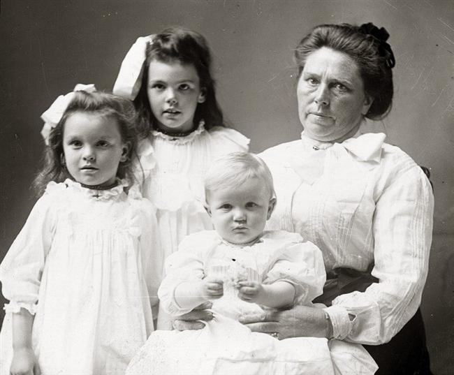 Belle Guiness (1859-1931)  Belle Guinness'in bitmek bilmeyen para hırsı vardı. Kaynaklara göre 10 yıl içinde 20'den fazla insanı öldürdü. Resmi olmayan iddialara göre öldürdüğü kişi sayısı 100'ü geçmekte. İlk olarak evlenmek için gazetelere ilan veriyor, evlendikten sonra fazla şüphe çekmemek için biraz bekliyordu ve daha sonra kocalarını kafalarına vurduğu sert bir darbeyle öldürüp uzuvları kesip birden çok cesetle birlikte domuzların bulunduğu yere gömüyordu, en azından kendisi için söylenen iddialar bunlar.