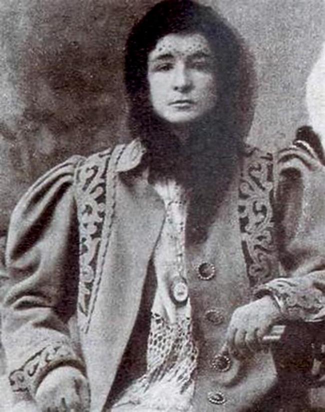 Enriqueta Marti (1868-1913)  Katalonyalı çocuk katili. Rivayetlere göre çocukları öldürdükten sonra cesetlerini kaynatarak onların kemik, yağ ve kanlarından çeşitli aşk iksirleri ve koca karı ilaçları hazırlayıp pahalı bir fiyata satıyordu. Ayrıca zengin pedofillere sokaklardan kaçırdığı kimsesi çocukları da para karşılığı kiralıyordu. En sonunda zengin bir adamın ihbarıyla 1912 yılında tutuklandıktan sonra hapse atılmış ve diğer mahkumlar tarafından öldürülmüştür.