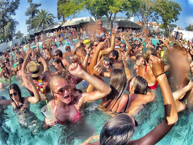 Havuz partileri  1985'de New Orleanslı cankurtaranlar o yıl şehrin havuzlarında kimsenin boğulmayışını kutlamak için bir parti verdiler. Partide konuklardan biri çok ilginç bir biçimde boğuldu.