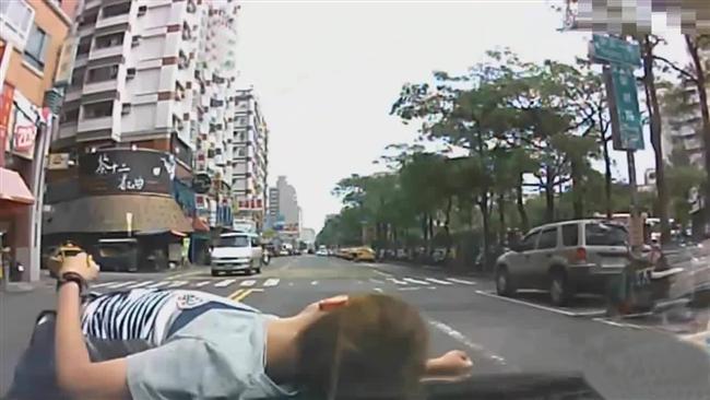 Para hırsı  New York'ta 5'inci caddede bir adama araç hafifçe çarptı. Adama bir şey olmamıştı. Şoförle konuştu ve kalkacakken olayı gören biri yanına gelerek, kalkmazsa sigortadan para alabileceğini söyleyince yeniden aracın önüne yattı. Araç sürücüsü ise adamın gittiğini düşünerek gaza bastı ve adam öldü.