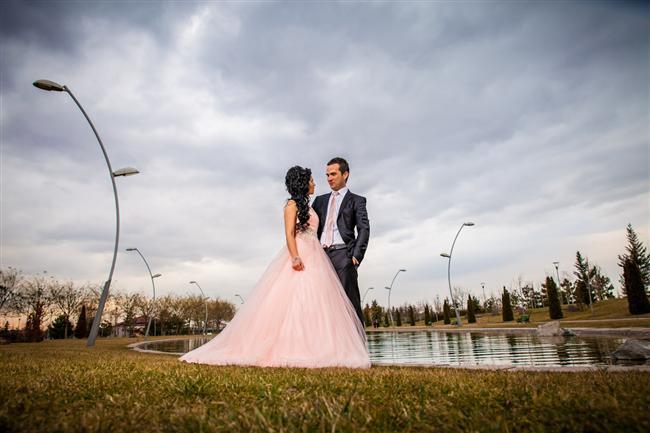 Nişan Fotoğrafı  Mümkün oldukça dış çekim olarak yapılır. Nişanlınız sizi sakin tutar ve bu çekimlerin gerçekten gerekli birşey olduğuna sizi bir şekilde inandırır.