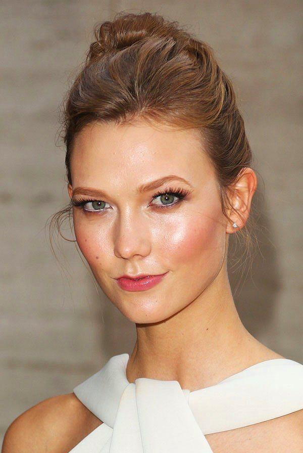 Parlak ve canlı bir yüz için elmacıklara çok hafif pembe dudak balmı uygula.