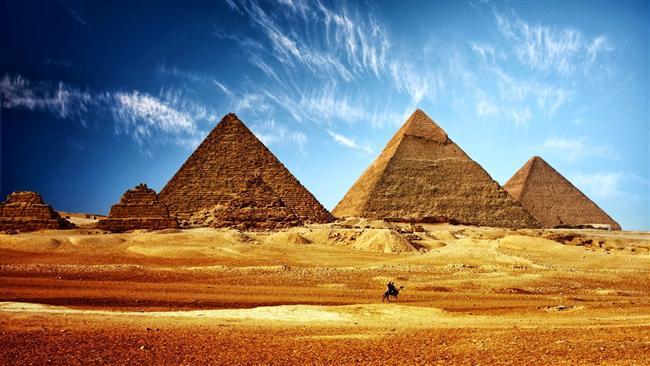1. Antik Mısır  Antik Mısır cinsellik konusunda erkeklerle kadınların en özgür olduğu kültürlerden biriydi. Nil Nehri'nin gelgitleri ve akışı bile yaratıcı Tanrılarının boşalması olarak algılanırdı. Bu fikir firavunları ortaya çıkardı- Tanrı vergisi iktidarlıklarıyla birlikte- ekinler için suyun verimliliği artsın diye Nil Nehri'ne karşı mastürbasyon ayinleri düzenliyordu. Firavunun cinsel gücünü temsil eden Tanrı Min Festivali boyunca erkekler halk içinde düzenli olarak mastürbasyon yapardı.