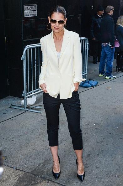 """Bu hafta """"Kim Ne Giydi?"""" bölümünde Amerikalı oyuncu Katie Holmes'u ele aldık. 35 yaşındaki ünlü oyuncunun gündelik hayatında en rahat ettiği parçalar; uzun ince hırkalar, skinny ve yüksek belli kot pantolonlar, düz ama kalitesi belli olan lüks kumaşlı tişörtler... Olabildiğine özensiz giyindiği zamanlarda bile 'Katie Holmes' tarzı diyebileceğimiz bir aurası var. Galerimiz içerisinden Katie Holmes'un üzerindeki kıyafet ve aksesuarları satın alarak siz de aynı stili yakalayabilirsiniz. Hadi sizin için seçtiğimiz parçalara bir göz atın..."""