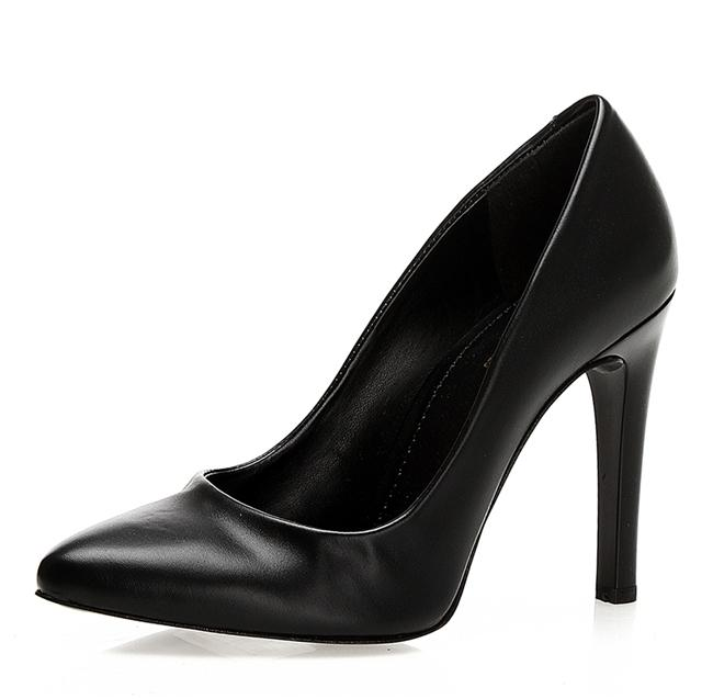 Klasik siyah topuklu ayakkabı
