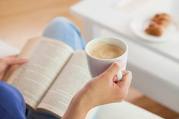 9.Okunmayı bekleyen kitaplara bir el uzatmak…